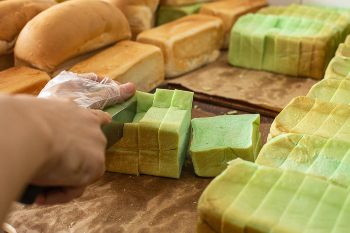 Jie Bakery Pandan Bread Slicing